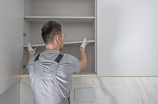 Как се монтира горен шкаф за баня