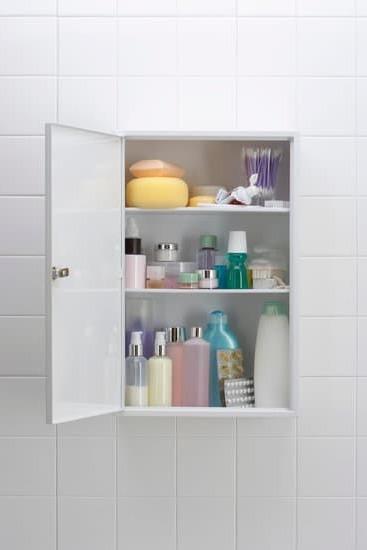От какъв материал да изберем шкаф за баня